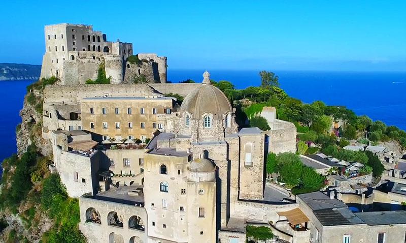 Арагонский замок вид сверху на церковь Непорочного Зачатия